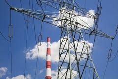 Pylône de l'électricité et pipe d'usine Photographie stock libre de droits