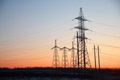 Pylône de l'électricité - tour aérienne standard de transmission de ligne électrique du ` s de la Chine du coucher du soleil image stock
