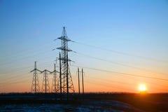 Pylône de l'électricité - tour aérienne standard de transmission de ligne électrique du ` s de la Chine du coucher du soleil photo stock