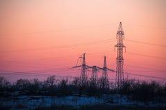 Pylône de l'électricité - tour aérienne standard de transmission de ligne électrique du ` s de la Chine du coucher du soleil photos libres de droits