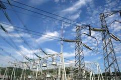 pylône de pouvoir de groupe de l'électricité Image stock