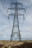 Pylône lointain de l'électricité photographie stock