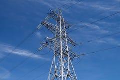 Pylônes à haute tension sur le fond du ciel Photographie stock