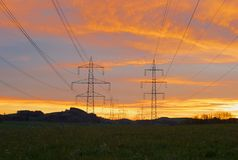 Pylônes d'Electric Power dans la belle lumière de matin photos stock