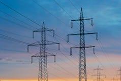 Pylônes d'Electric Power dans la belle lumière de matin images libres de droits