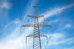 Pylônes d'une puissance de haute tension contre le ciel bleu Photos libres de droits