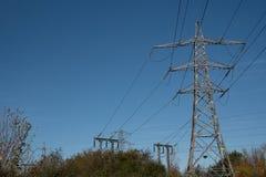 Pylônes de l'électricité dans le domaine d'orge photos libres de droits