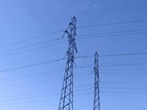 Pylônes de l'électricité (lignes à haute tension électriques), coucher du soleil Photo stock