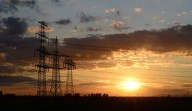 Pylônes de puissance pour transporter l'électricité image stock