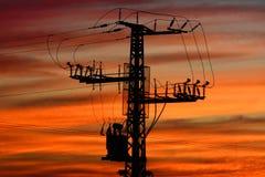 Pylône de l'électricité au coucher du soleil image stock