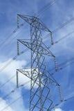 Pylône de l'électricité contre le ciel bleu Photographie stock