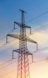Pylône de l'électricité silhouetté sur le fond de ciel bleu Tour à haute tension Photo stock