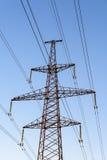 Pylône de l'électricité silhouetté sur le fond de soleil de ciel bleu Tour à haute tension Images libres de droits