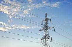 Pylône de l'électricité sur le fond de ciel bleu Photo stock