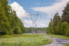 Pylône de transmission de l'électricité dans une forêt Photographie stock