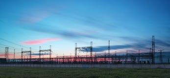 Pylône de transmission de l'électricité silhouetté contre le ciel bleu à d Images libres de droits