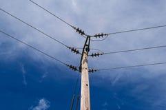 Pylône en bois de Polonais de l'électricité de puissance, haut Volage, fond de ciel bleu Photographie stock