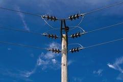 Pylône en bois de Polonais de l'électricité de puissance, haut Volage, fond de ciel bleu Photos libres de droits