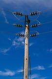 Pylône en bois de Polonais de l'électricité de puissance, haut Volage, fond de ciel bleu Images stock