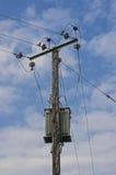 Pylône en bois de Polonais de l'électricité de puissance, haut Volage, fond de ciel bleu Image stock