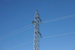 Pylône en métal avec un ciel bleu Images stock
