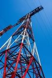 Pylône et lignes électriques à haute tension de l'électricité contre le ciel bleu Photographie stock