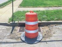 Pylône suburbain de danger de réparation de route photo stock
