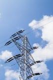Pylônes de l'électricité avec le fond de ciel bleu Image libre de droits