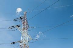 Pylônes de l'électricité avec le fond de ciel bleu Images stock