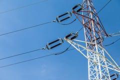 Pylônes de l'électricité avec le fond de ciel bleu Photo libre de droits