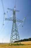 Pylônes de l'électricité dans le domaine d'orge images libres de droits
