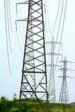 Pylônes de l'électricité dans le domaine d'orge photos stock