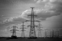 Pylônes de lignes électriques de l'électricité de B/W Photos stock