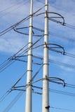 Pylônes de tension élevée avec des lignes à haute tension Photo libre de droits
