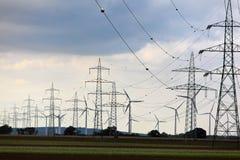 Pylônes et ferme de vent électriques Photographie stock libre de droits