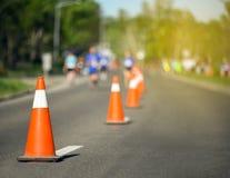 Pylon kegels tijdens een marathon met agenten en gele gloed royalty-vrije stock foto