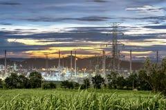 Pylon systeem van de hoogspanningselektriciteit aan de industrie op zonsopgang Stock Foto's