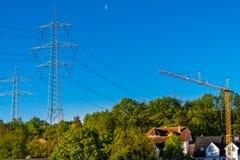 Pylonen met hoog voltage met machtslijnen Het rooster van het metaal stock foto's