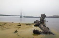 Pyloner av den södra bron i dimman Royaltyfri Bild