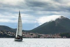 PYLOS,希腊-风船参加在希腊海岛群中的航行赛船会第12 Ellada秋天2014年 免版税图库摄影