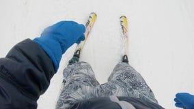 Pylypets, bâti Magura, la Transcarpathie Ukraine, le 9 mars 2018 Le skieur descend d'une montagne couverte de neige avec l'appare clips vidéos