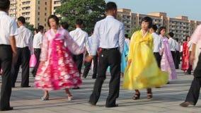 Pyongyang, Corea del Norte - 27 de julio la masa baila adentro almacen de metraje de vídeo