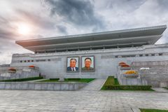 PYONGYANG NORR KOREA-OCTOBER 12,2017: Tribun med stående av Royaltyfria Bilder