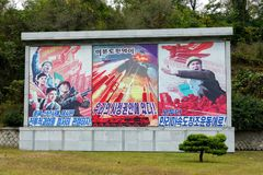 PYONGYANG, północ KOREA-OCTOBER 12,2017: Agitational plakaty na ulicach miasto Obrazy Royalty Free