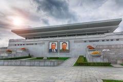 PYONGYANG, północ KOREA-OCTOBER 12,2017: Trybuna z portretami Obrazy Royalty Free