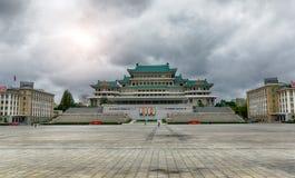 PYONGYANG, północ KOREA-OCTOBER 12,2017: Trybuna z portretami Zdjęcia Stock