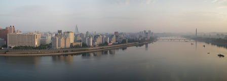Pyongyang panorama från den Yanggakdo ön, DPRK Arkivbild