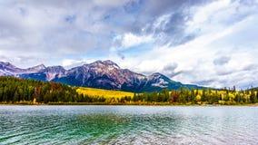 Pyramid湖和金字塔山在碧玉附近镇在贾斯珀国家公园在加拿大罗基斯 图库摄影