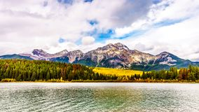 Pyramid湖和金字塔山在碧玉附近镇在贾斯珀国家公园在加拿大罗基斯 库存图片