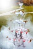 Pyramid av Champagne Glasses med dunsten för torr is Fotografering för Bildbyråer